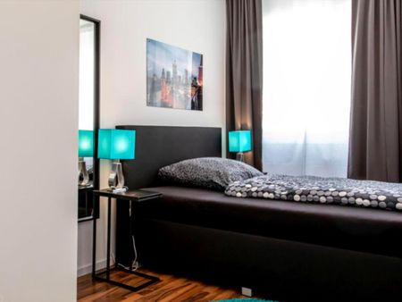 Wonderful single-bedroom in a 5-bedroom apartment in Frankfurt, Sceneviertel near to the central train station