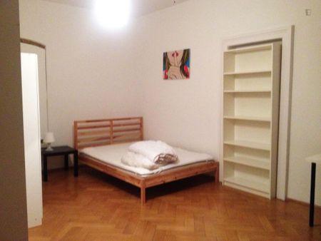 Double bedroom in 4-bedroom apartment in central Altstadt district