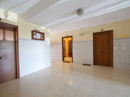 Bright single bedroom in a 4-bedroom apartment in Parque Azahara