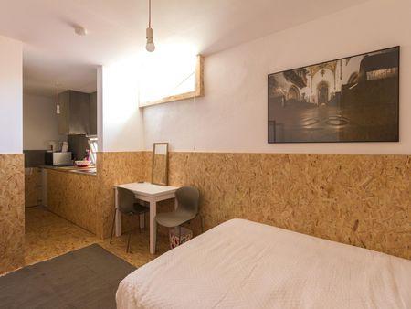 Óptimo e confortável estúdio com cama de casal na concorrida Baixa