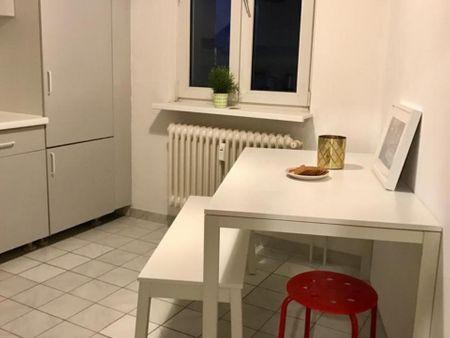 Cama de solteiro em quarto com várias camas em apartamento com 9 quartos