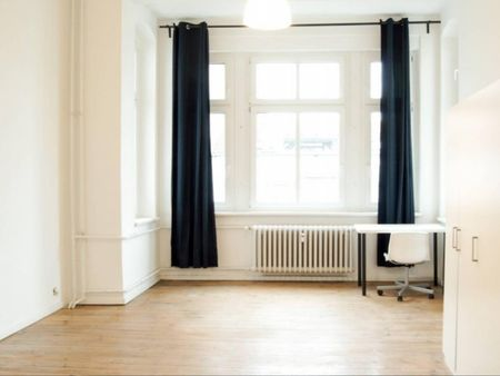 Ample room in 4-bedroom apartment in Charlottenburg