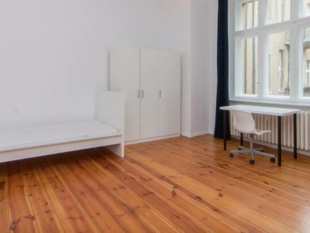 Spacious single bedroom in a 2-bedroom apartment near S Halensee transport station