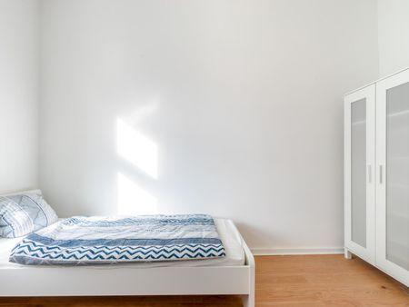 Cozy single bedroom in 4-bedroom apartment