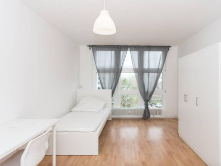 Bright single bedroom in 3-bedroom apartment