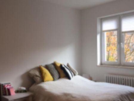Ein helles vollmöbliertes Zimmer in Charlottenburg