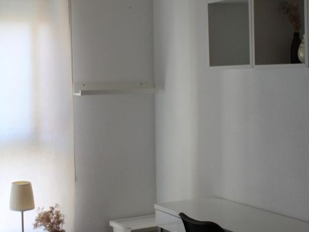 Single bedroom, with private bathroom, in 3-bedroom apartment