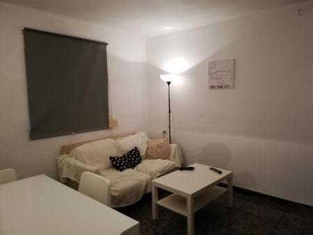 Nice single bedroom in a 3-bedroom apartment near Jardí d'Aiora