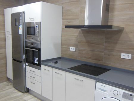 Lovely double ensuite bedroom in a 3-bedroom apartment near Xàtiva metro station