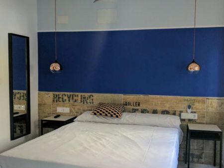 Joyful double bedroom with an ensuite bathroom, in Algirós