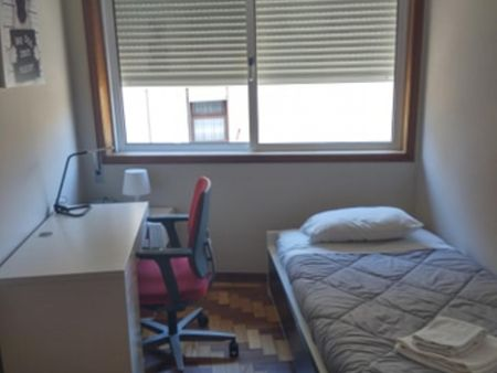 Single bedroom in a 3-bedroom apartment near Marquês metro station