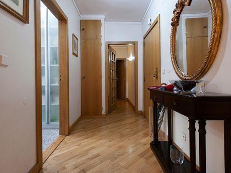 Comfy double bedroom in a 2-bedroom flat, in Massarelos
