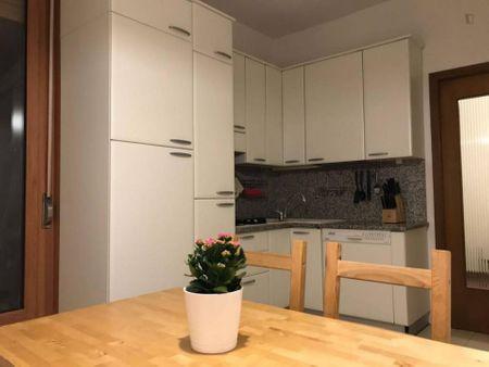 Double bedroom in 3-bedroom apartment near Facoltà di Medicina e Chirurgia