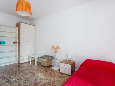 Cama de solteiro em quarto com várias camas em apartamento com 4 quartos
