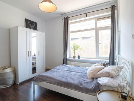 Modern double bedroom in a 3-bedroom apartment near Den Haag, Jonckbloetplein bus stop
