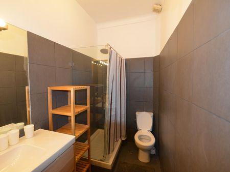 Attractive single bedroom in classic Santa Apolónia