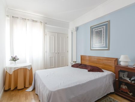 Great double bedroom with a private bathroom, close to Universidade Europeia