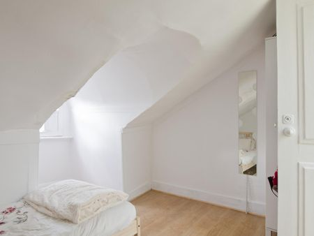 Lovely single bedroom outside the apartment and close to Instituto Superior Técnico