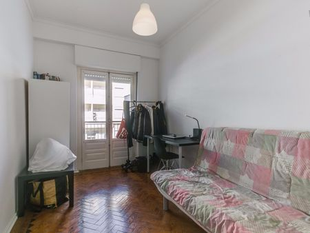 Great double bedroom close to Alto dos Moinhos metro station