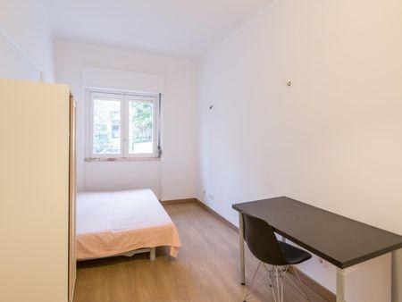 Double bedroom with a balcony near Escola Superior de Comunicação Social - 1 month free