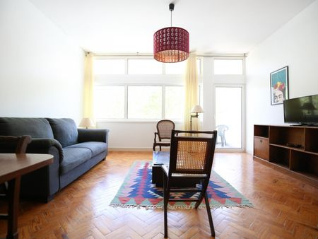 Bright single bedroom, with private bathroom and balcony, in 4-bedroom apartment