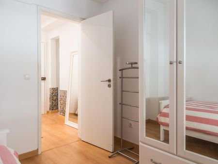 Bright single bedroom in a 3-bedroom apartment, in proximity to the Restauradores metro station
