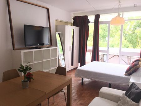 Bright single bedroom in Parede