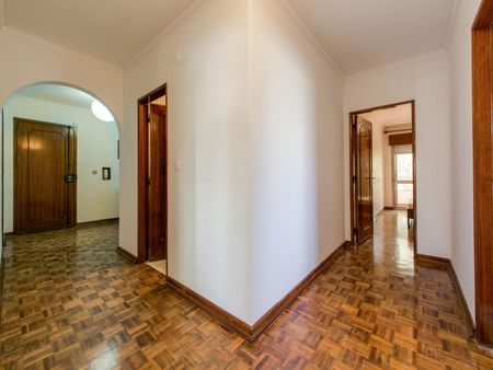 Spacious 3-bedroom flat in Pontinha, near Alfornelos metro station