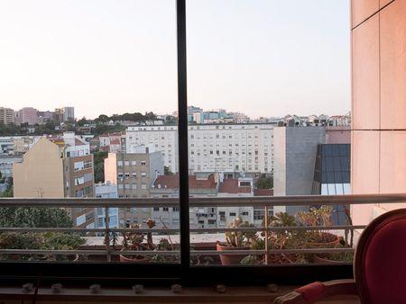 Nice 2-bedroom apartment in condo close to Praça de Espanha