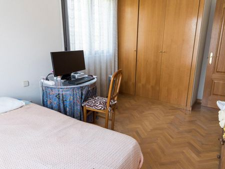 Quarto com cama de solteiro em casa com 4 quartos