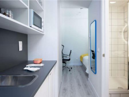Nice single bedroom in a residence near Palau Reial metro stop