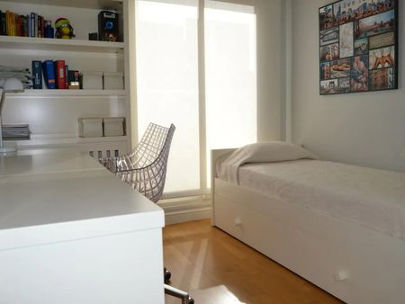 Single bedroom in a 4-bedroom apartment near Parque Jardín de la Vega