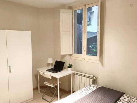 Simple single bedroom in a 4-bedroom flat, in Castellana