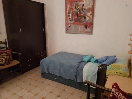 Quarto com cama de solteiro em apartamento com 4 quartos