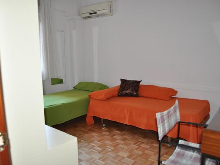 Colourful twin bedroom right next to Parque Begoña