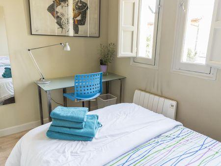 Double bedroom in a 4-bedroom house, near Parque de Berlín