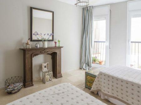 Quarto com várias camas, com varanda, em casa com 2 quartos