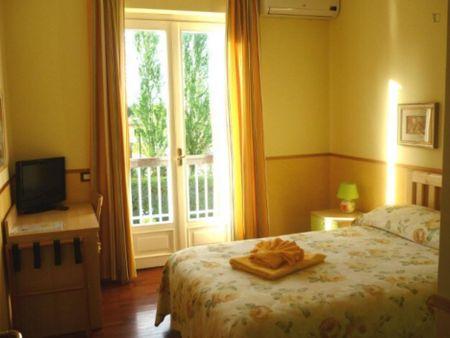 Double Ensuite Bedroom in a 4-bedroom apartment near Parrocchia San Girolamo Emiliani