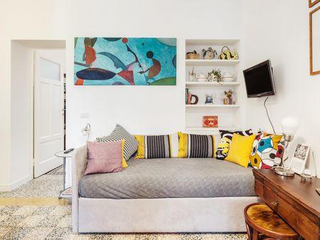 Quarto com cama de casal em apartamento com 2 quartos