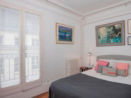 Lovely studio near the Quatre-Septembre metro