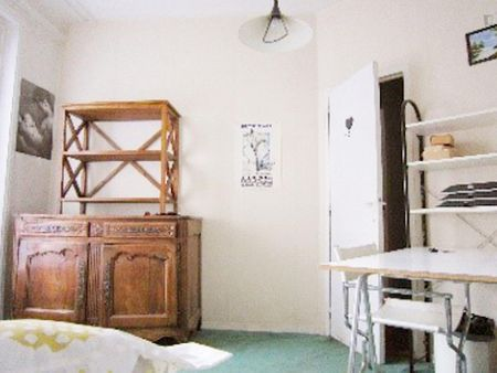 Single bedroom in a 4-bedroom apartment in Paris