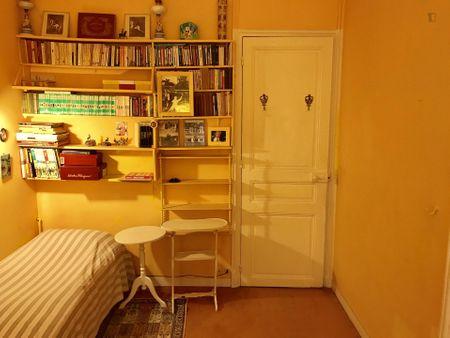 Nice single bedroom near La Muette metro station