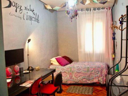 Single bedroom in a 4-bedroom apartment near Núñez de Balboa metro station