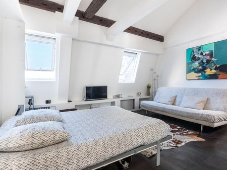 Cosy double bedroom close to Arc de Triomphe
