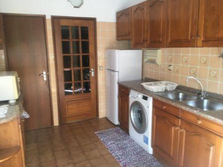 Quarto com cama de casal, com varanda, em apartamento T3 a 250