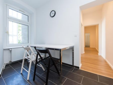 Charming single bedroom in a 5-bedroom apartment near U Heinrich-Heine-Straße transport station