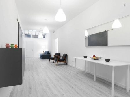 Spacious twin bedroom in a modern 6-bedroom flat