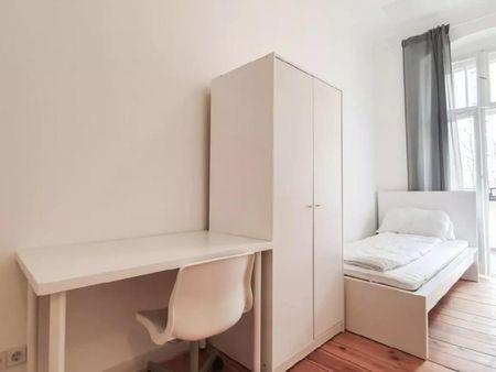 Cool single bedroom in a 4-bedroom apartment near Berlin-Charlottenburg transport station