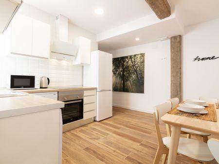 Double ensuite bedroom in a 5-bedroom apartment near Av. del Cid metro station