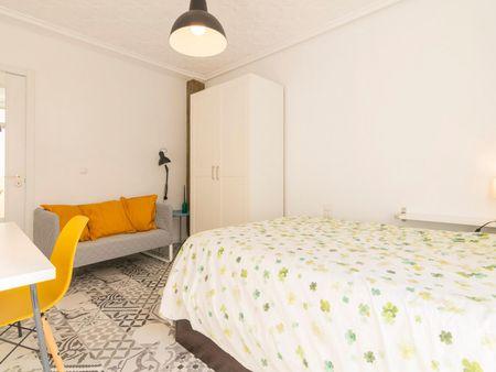 Double bedroom in a 3-bedroom apartment near F.s.l-Hospital La Fe metro station